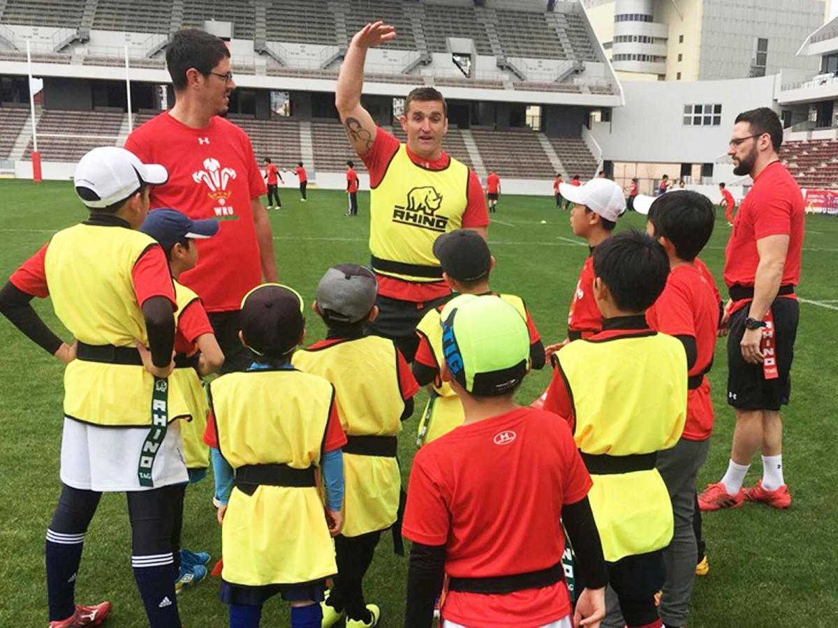 子ども向けラグビー教室で選手に混じって通訳するチヴァスさん(左)