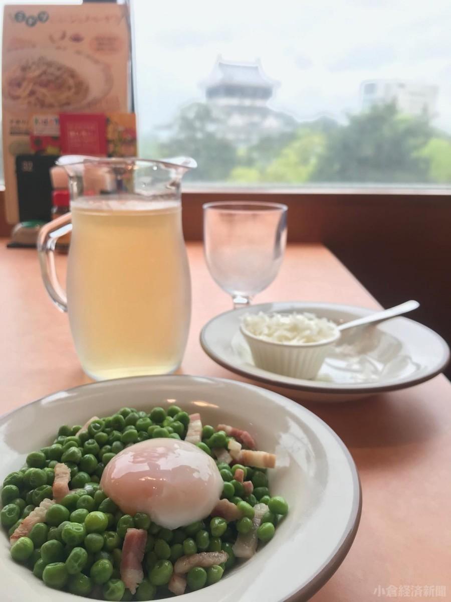 小倉城を背景に「柔らか青豆の温サラダ」と「ペコリーノチーズ」「デカンタワイン」