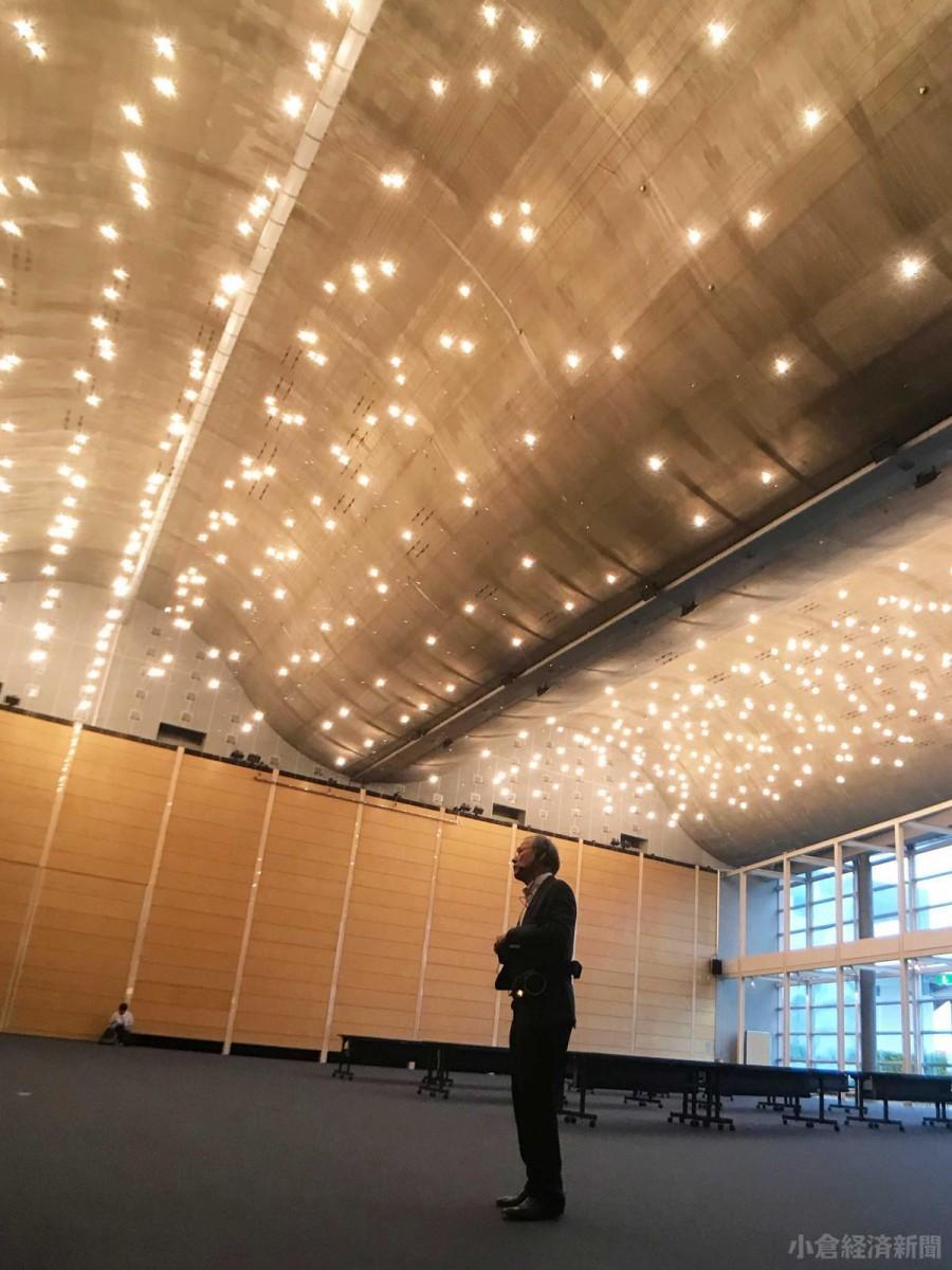 「北九州国際会議場」で、波をモチーフにした天井の工法の難しさを説明した西岡さん