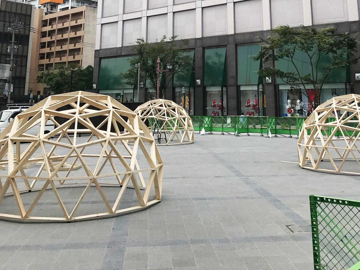 「船場広場」に設置された木枠のドーム