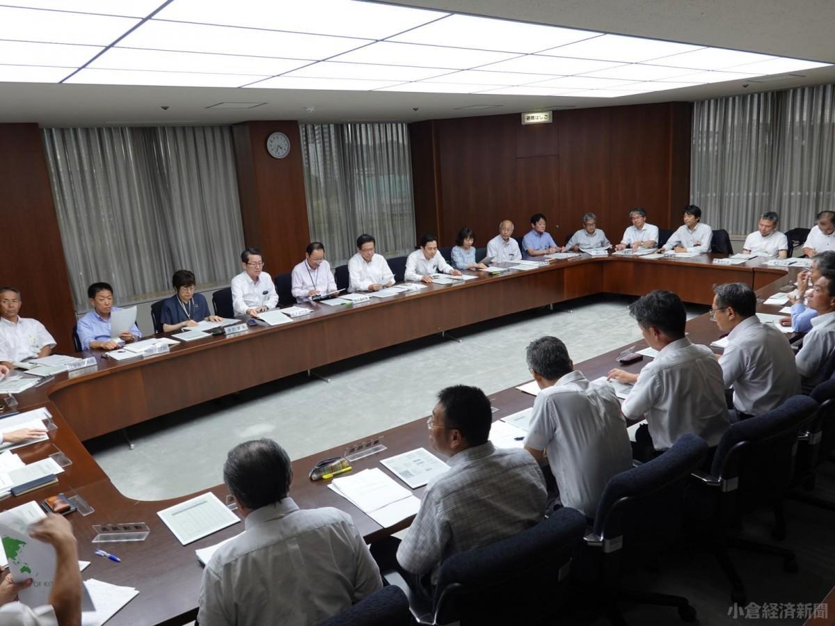 市長・副市長以下、市幹部30人以上が集まった「北九州市若者活躍推進本部」会議