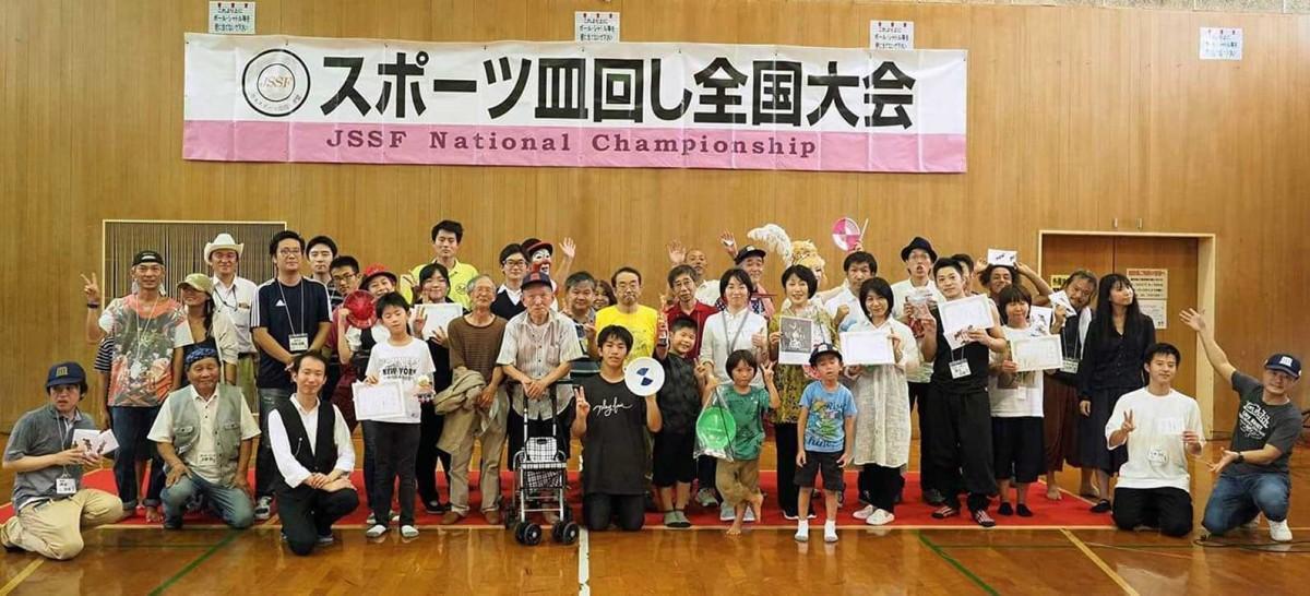 「スポーツ皿回し全国大会」出場者。中央の黒いTシャツ姿が成瀬公輔さん(提供写真)