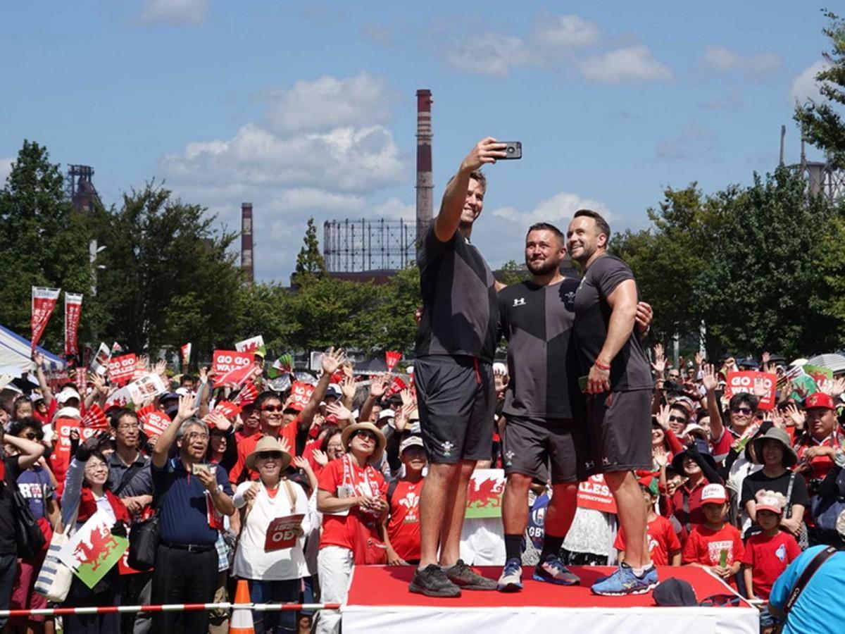 ファンとの記念撮影をするウェールズラグビー協会のスタッフ。スマホを掲げているのがライアン・ジョーンズさん