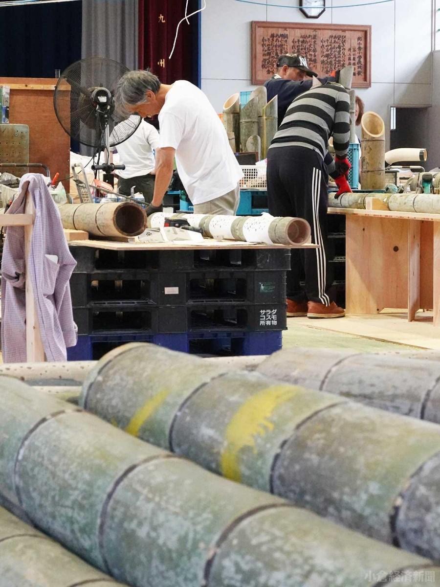 竹灯籠製作作業が進む旧「北小倉小学校」体育館
