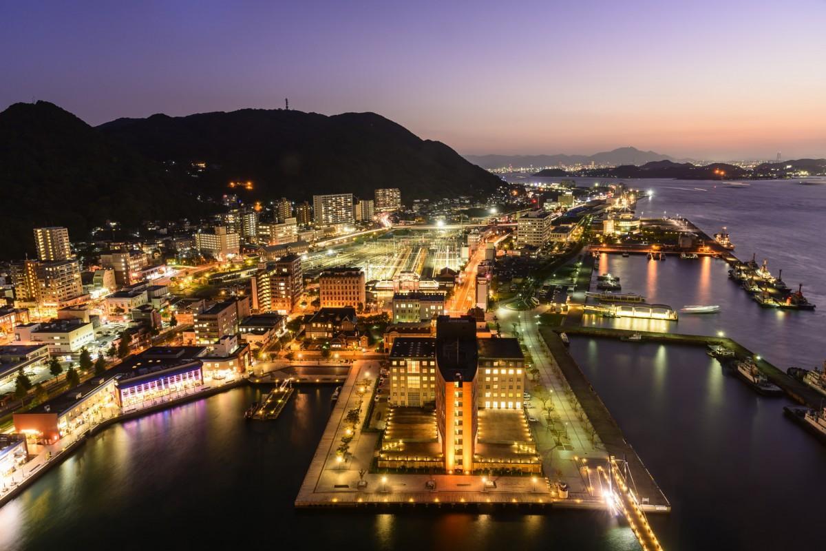 「門司港レトロ展望室」から見た門司港レトロ地区の夜景(提供写真)