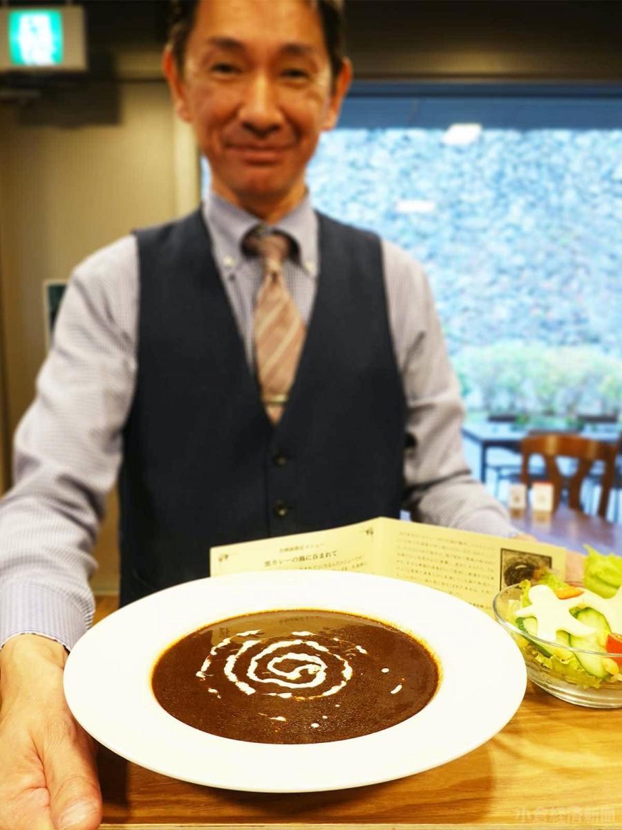 「静聴カフェ」で提供する黒カレー(850円)。大木政成さんと