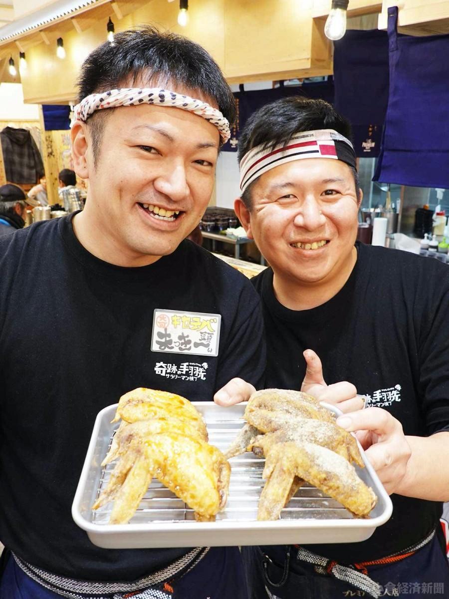 食べ放題で提供される手羽先と綾部店長(向かって左側)