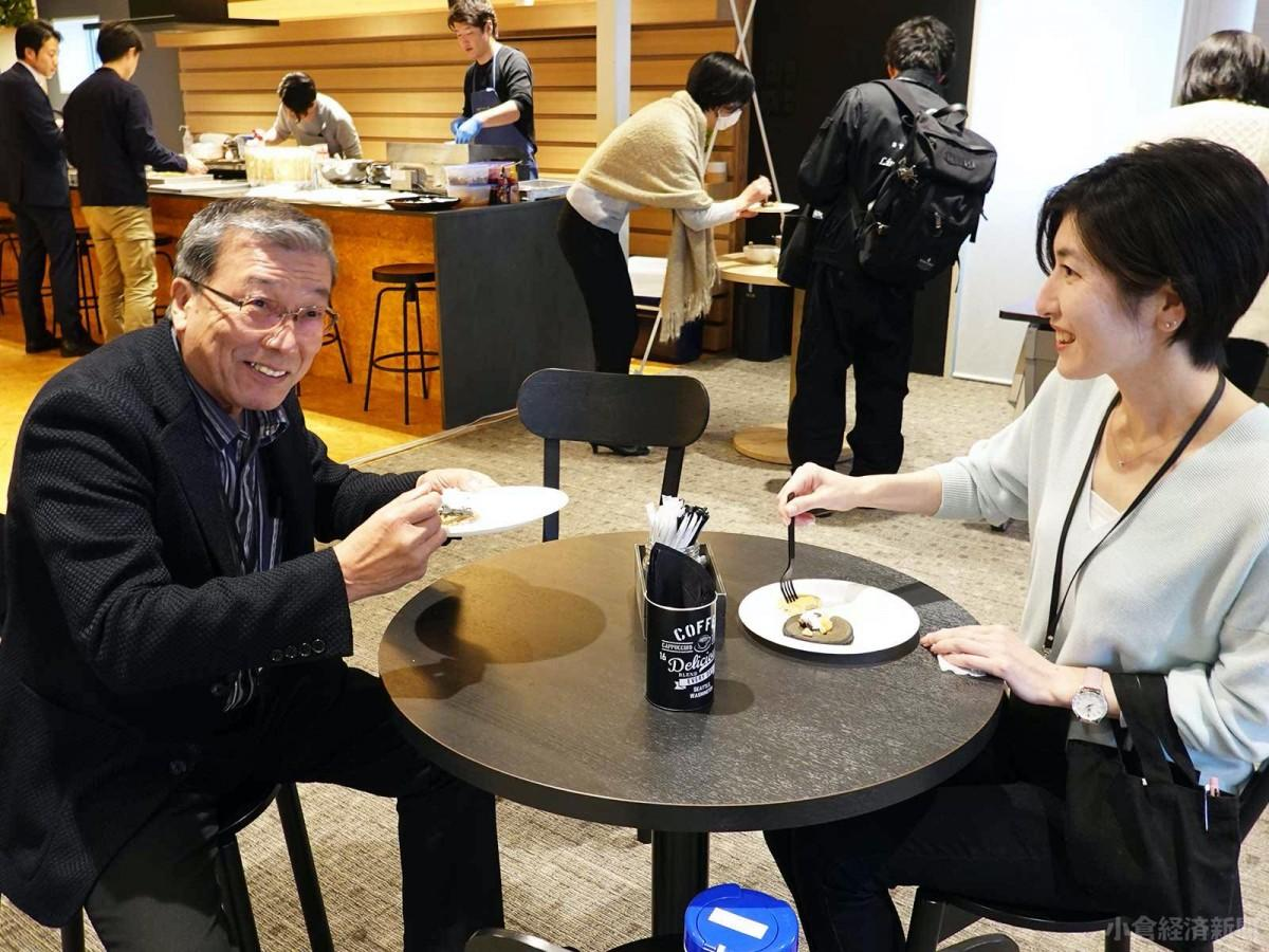 社長の松石禎己さんも社員らと、同社テーマカラーの黒い「九州パンケーキ」を楽しんだ