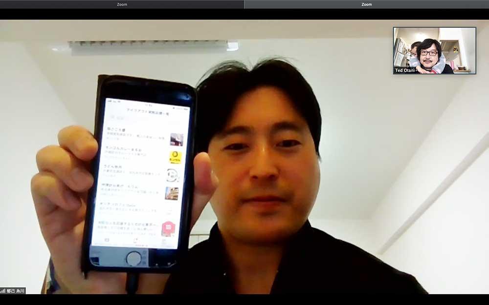 「北九州テイクアウトマップ」のスマホ画面を見せる糸川郁己さん