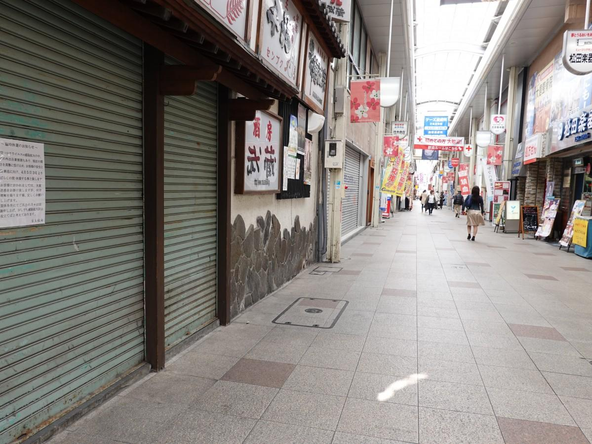 人通りが途絶えた「魚町銀天街」。老舗の居酒屋「酒房 武蔵」もシャッターを閉ざしている