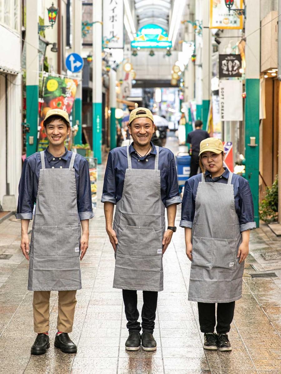 藤川俊さん(左)と「シュン・パン・ラボ」スタッフ