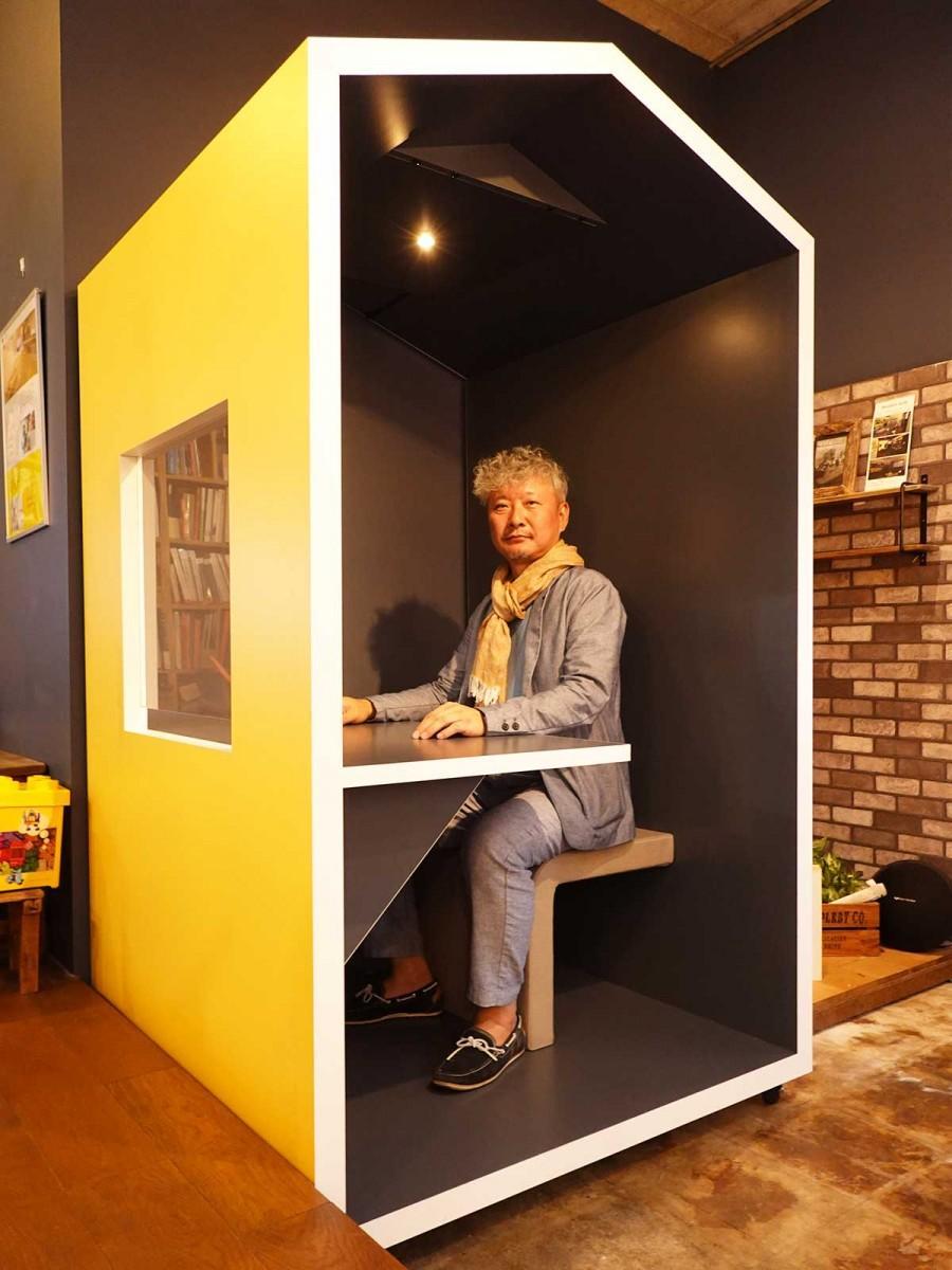 三角屋根が特徴の「HACO OFFICE」と社長の徳山武さん