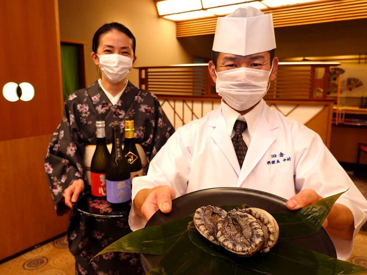 「北九州あわび」を推す料理長の中村嘉英さんと、「3種の天心マリアージュを楽しんでほしい」という女性スタッフ