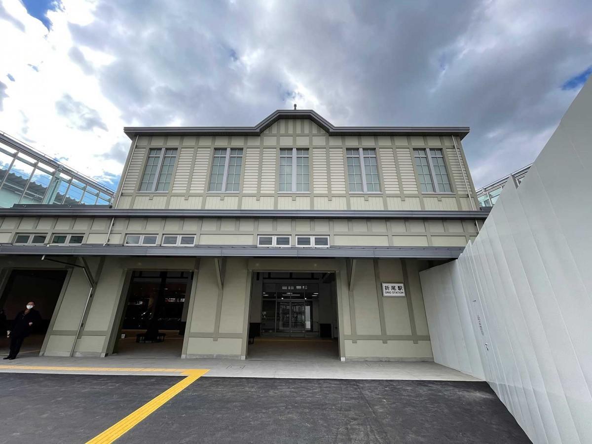「GRC(ガラス繊維補強セメント)など耐久性のある現代の素材で旧駅舎のフォルムを再現した」という新駅舎