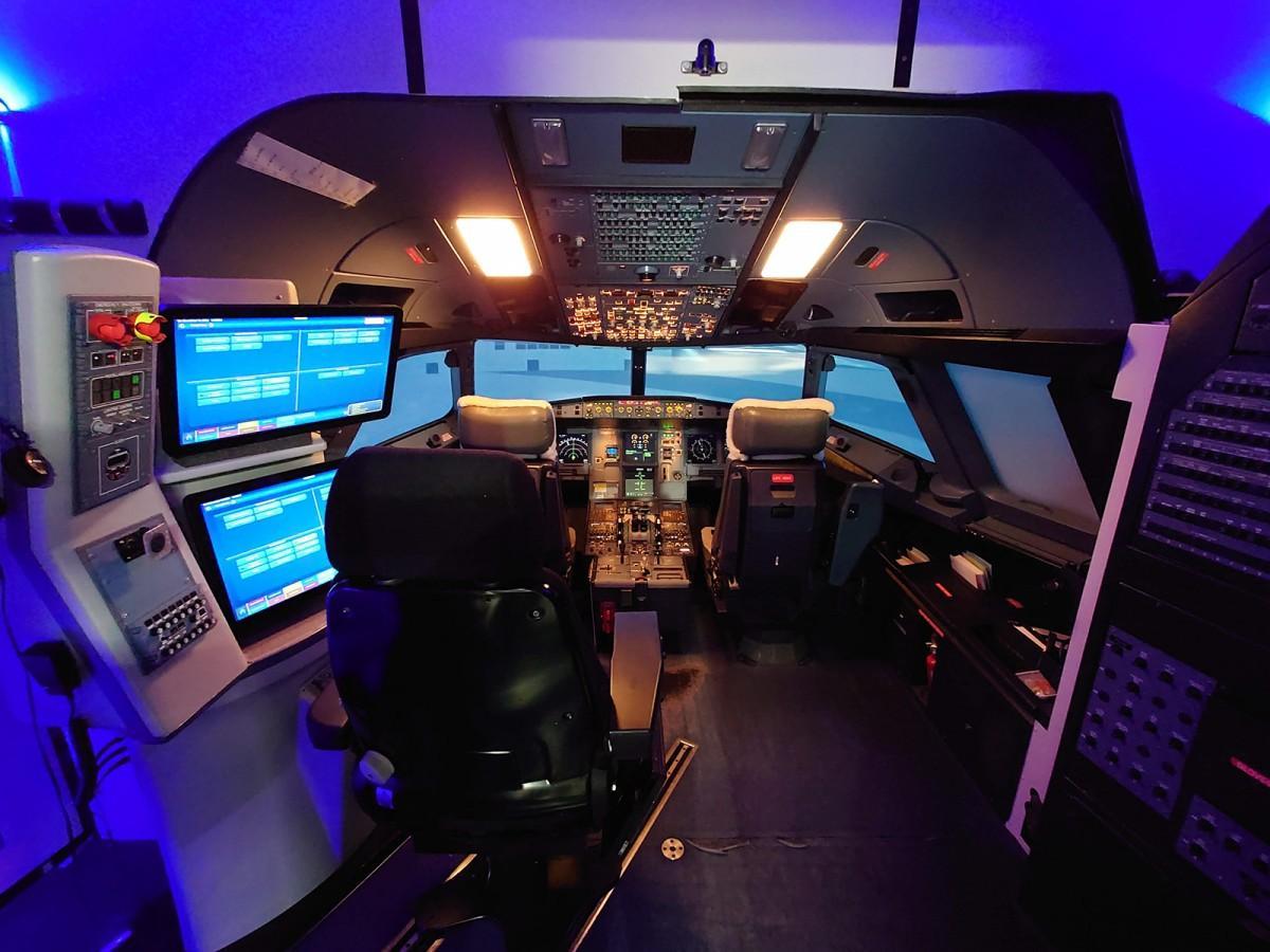 「A320」フライトシミュレーターのコックピット