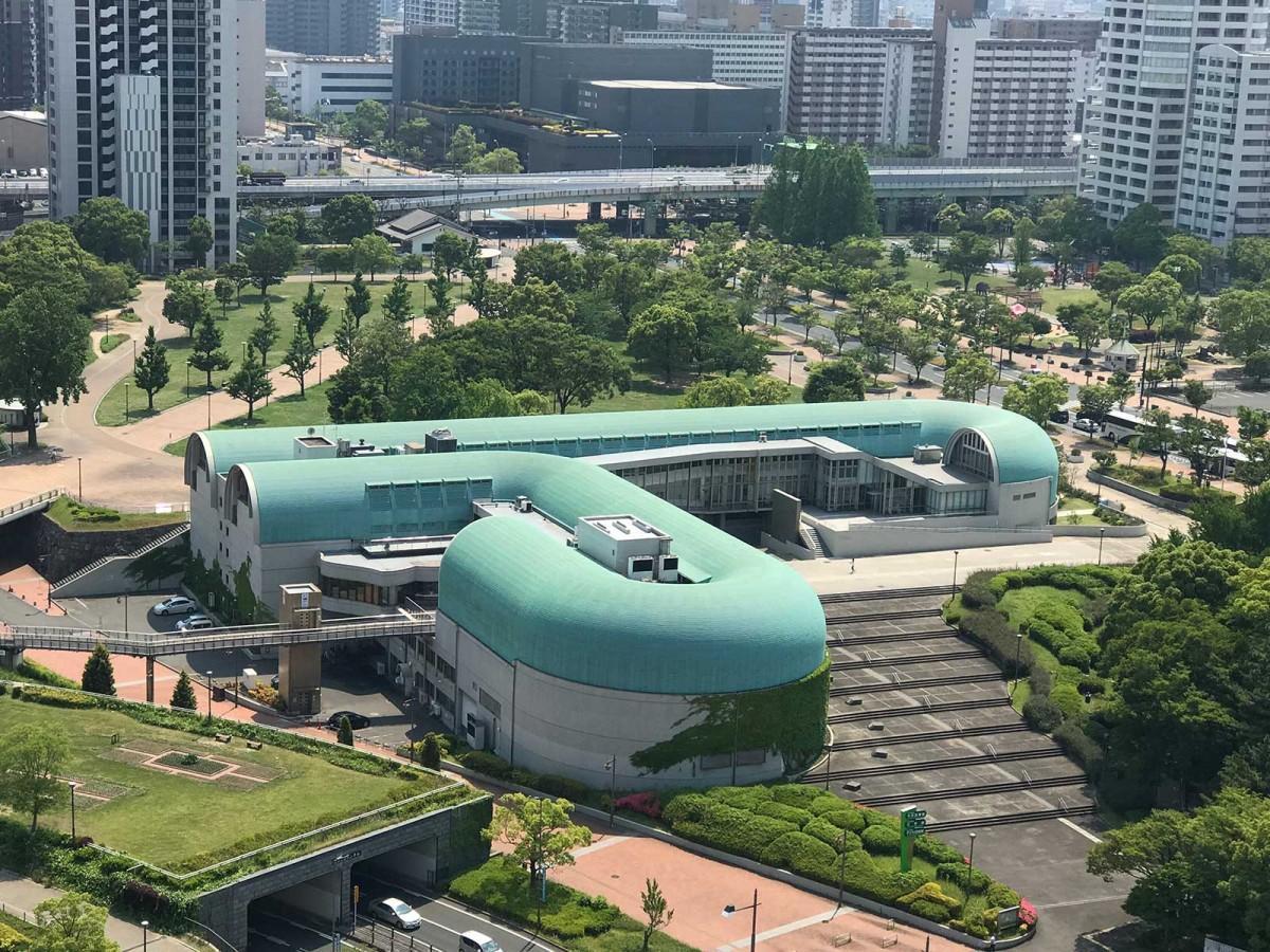 北九州市中央図書館に隣接する「北九州市文学館」(手前のカーブ部分)