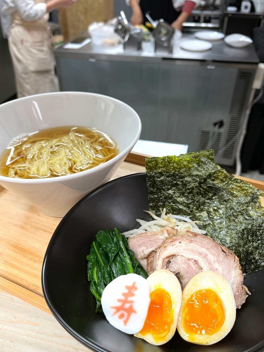 「あんとめん」で提供する縮れ麺のラーメン。トッピングは、チャーシュー、味付け煮卵、モヤシ、青菜