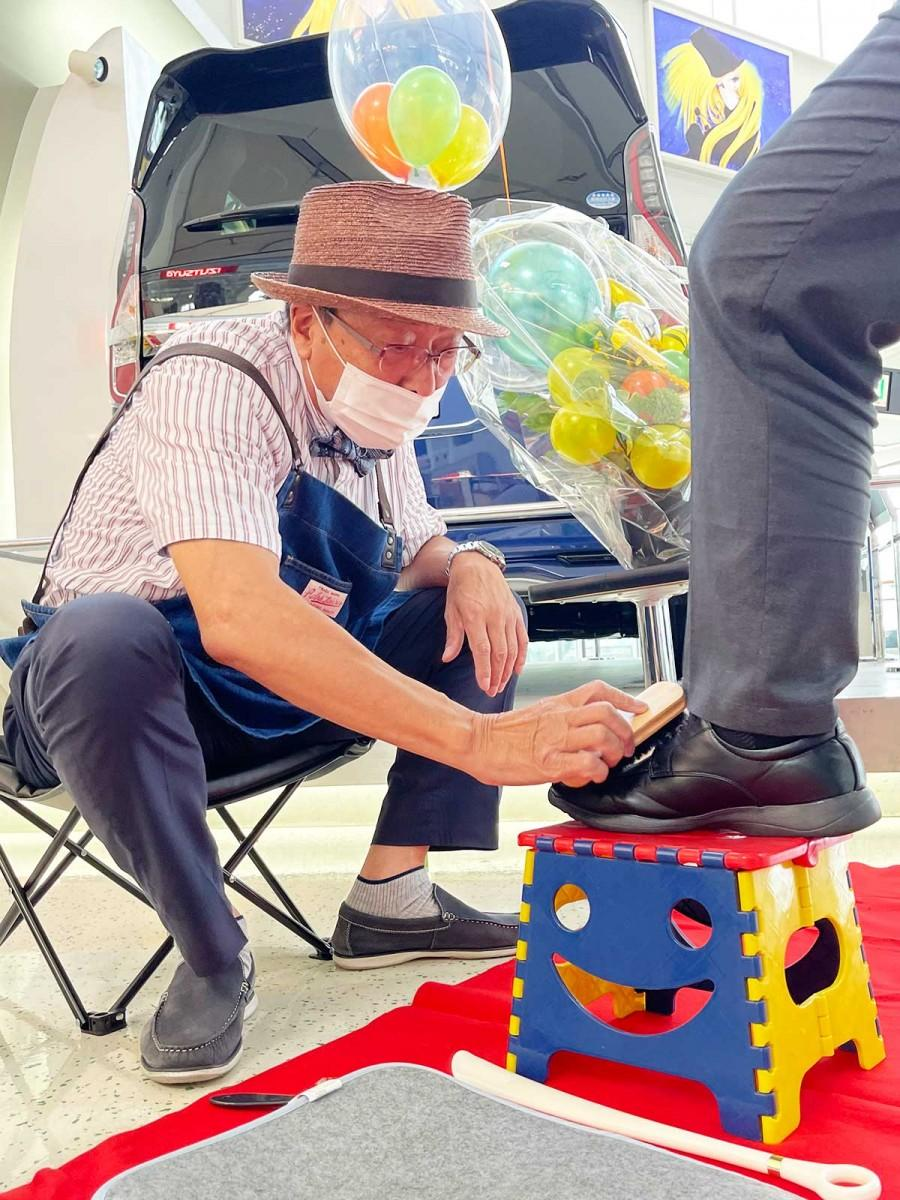 靴磨きに取り組む松石さん