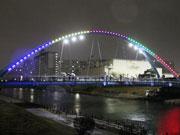 「旧中川ふれあい橋」がライトアップ 東京スカイツリーと競演