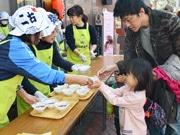 豊洲で「東京マラソン応援お汁粉」配布 「お代わり」の人も
