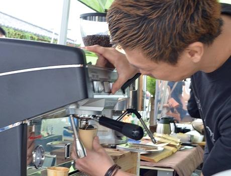 市内外からこだわりの店が出店し、コーヒーは17店舗で提供する