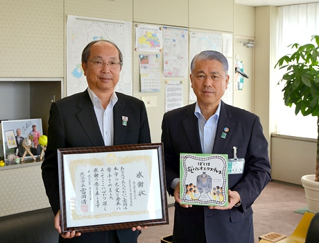 富岡靖市長と大谷隆男社長、熊谷市役所で寄贈の様子。提供熊谷市
