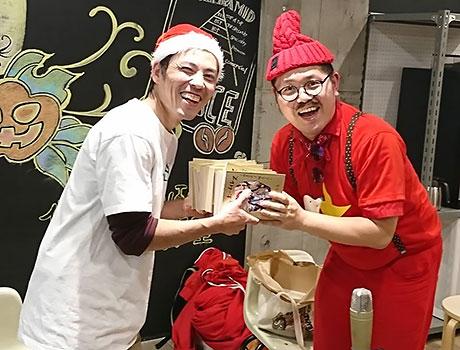 自叙伝30冊を手渡す小谷さん(右)と主催者の臼杵さん(左)