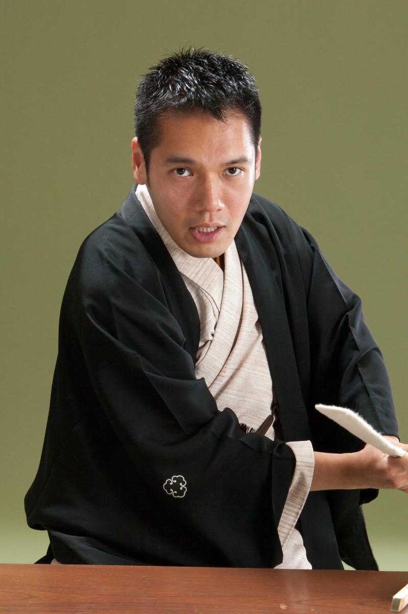 「八木橋 独演会」で講談する神田松之丞さん