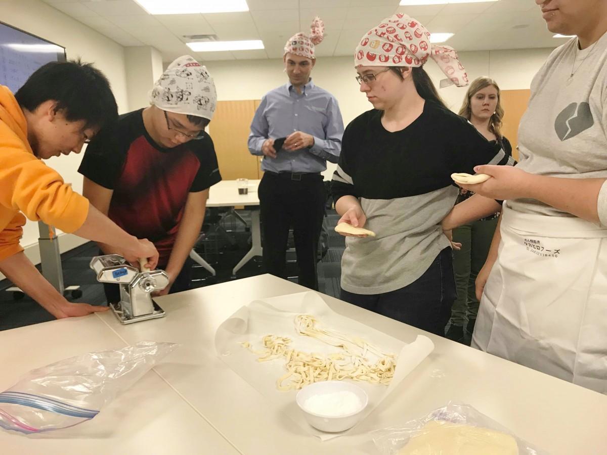 熊谷うどん打ちに取り組むネブラスカ大学の学生