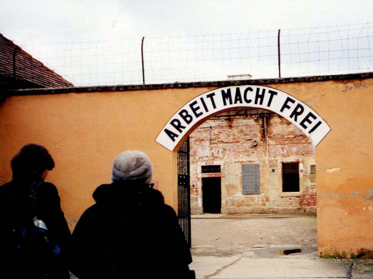 「働けば自由になれる」と書かれたテレジン収容所の入り口