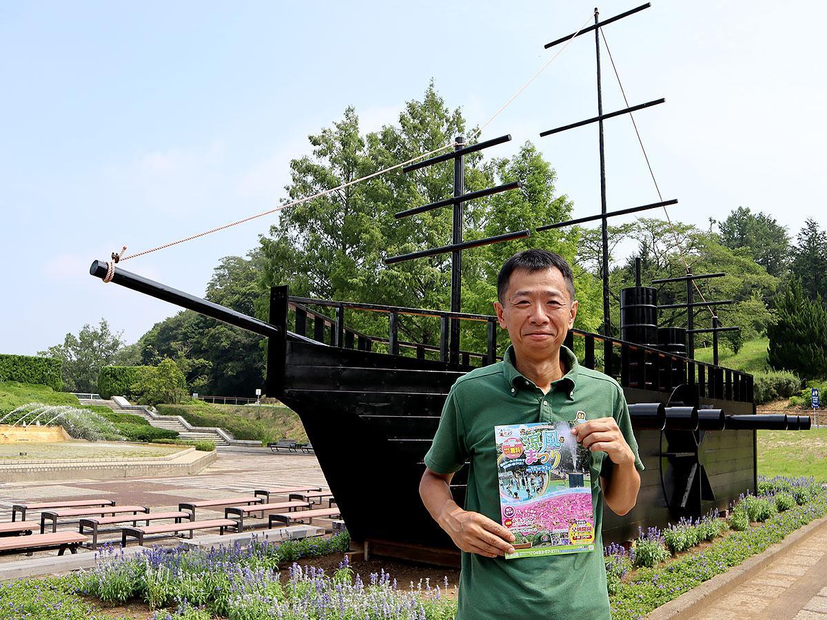 幕末から明治をイメージさせる「黒船のオブジェ」前に立つ奥村さん