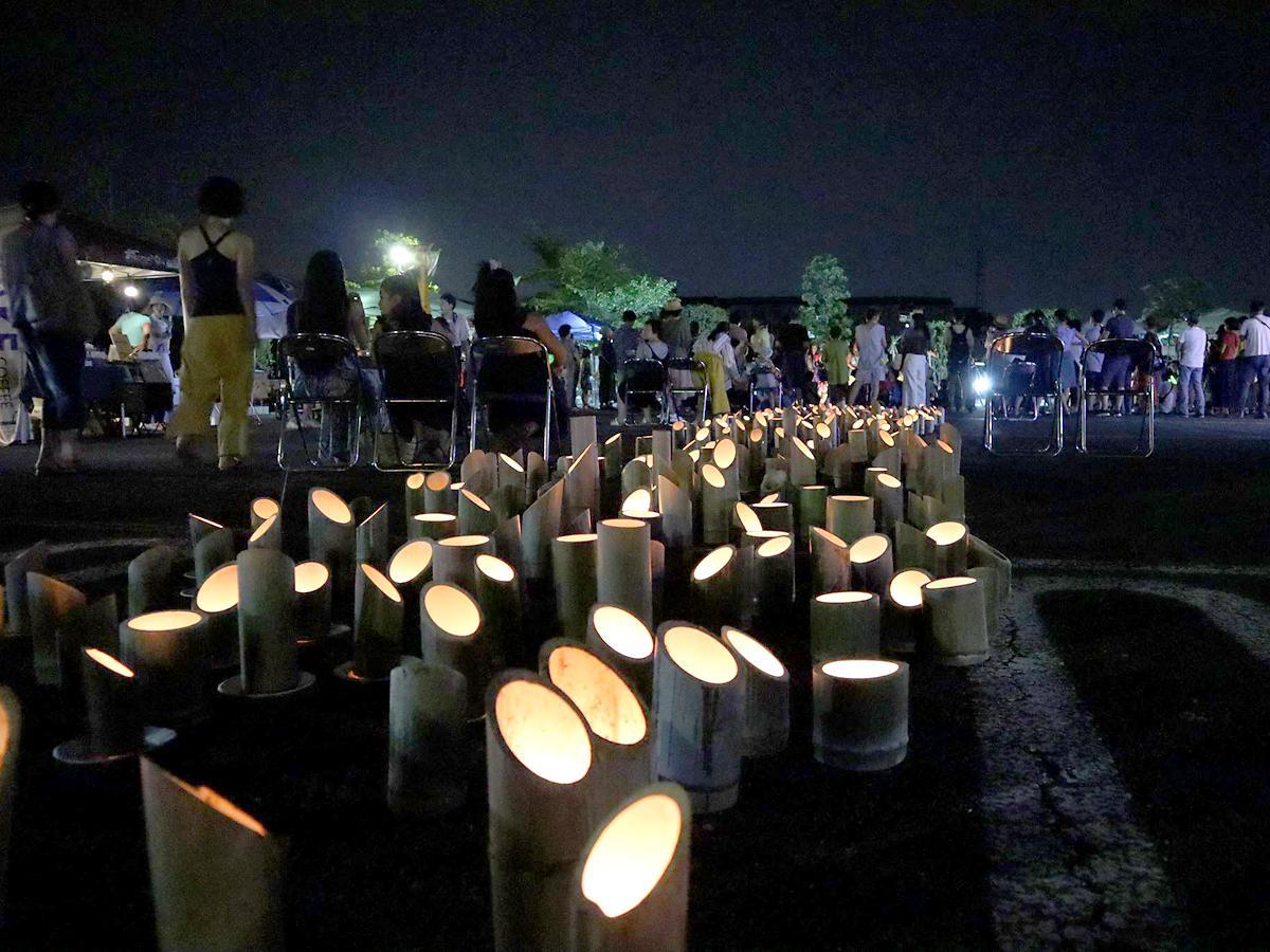 500本以上の竹灯籠が会場を幻想的に照らした