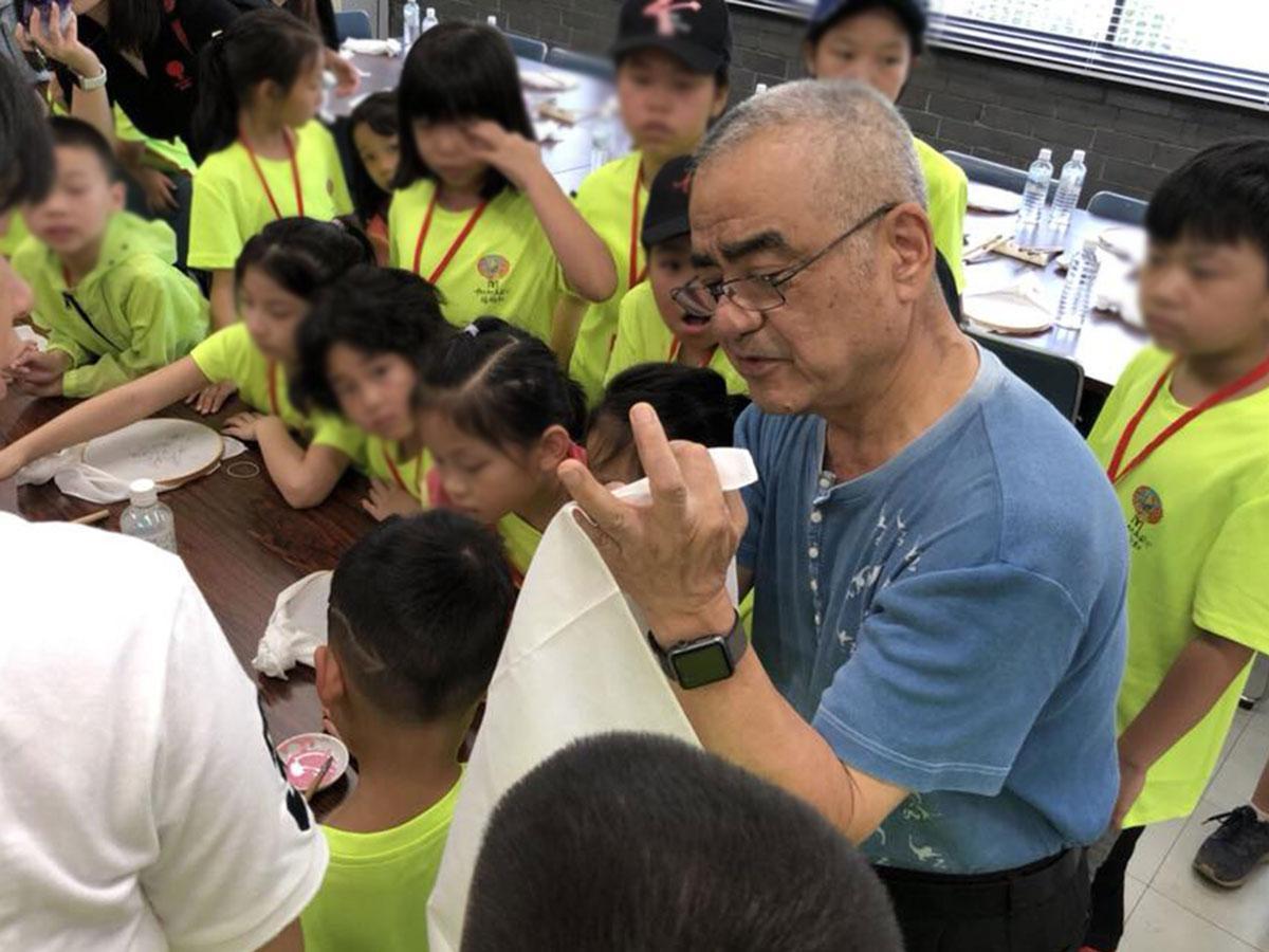 県伝統工芸士の大久保さんから直接指導を受ける子どもたち