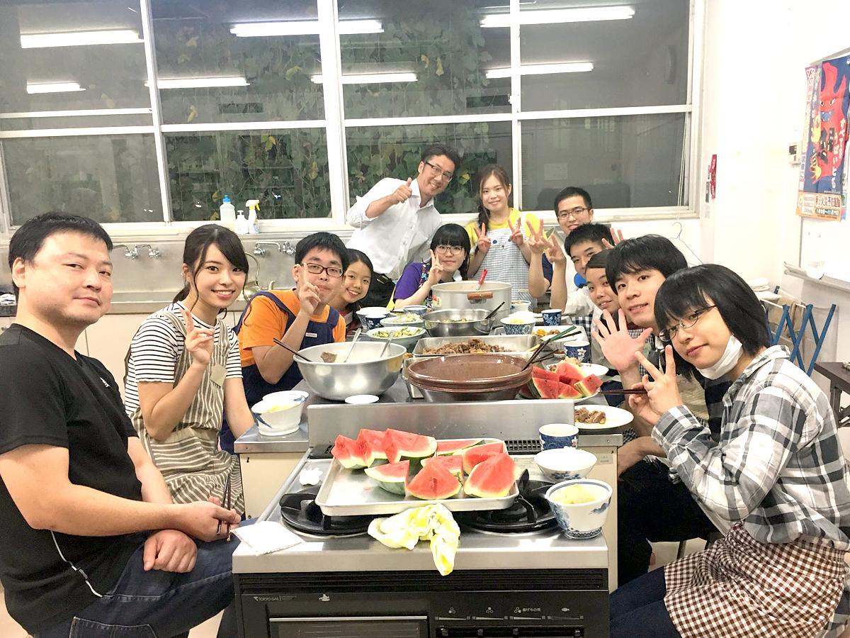 子ども食堂で活動する学生ボランティアの様子