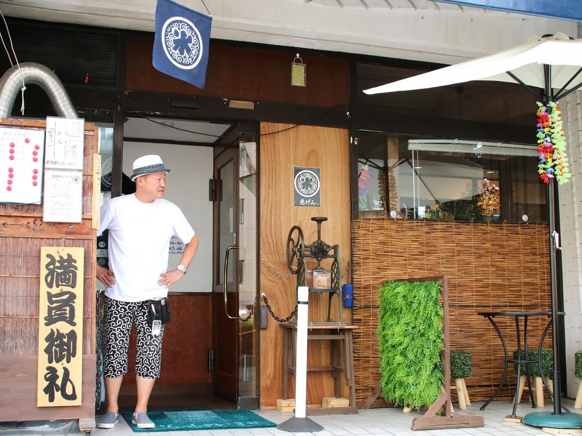 店舗前で予約客を待つ宇田川さん