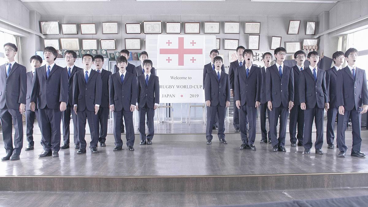 合唱する熊谷高校音楽部の学生