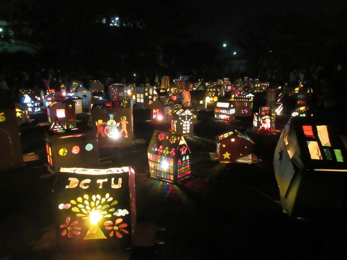150軒の明かりがともると、会場一帯が一つのまちになる(前回の様子)