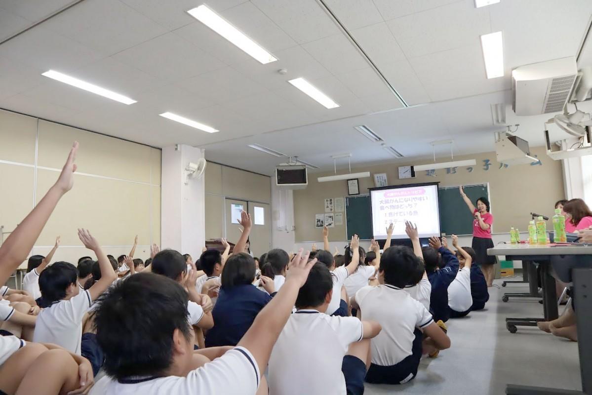 がんクイズで手を挙げる子どもたち
