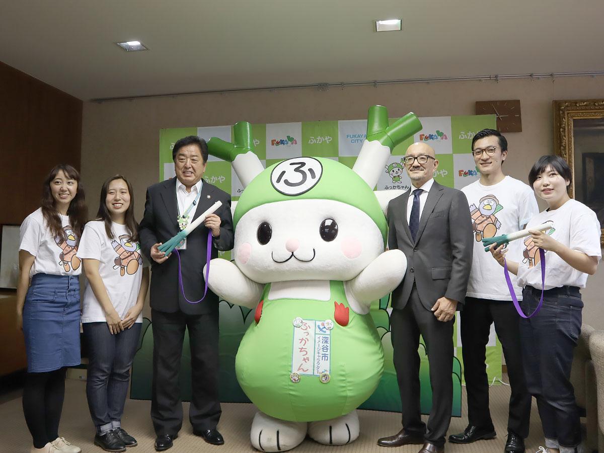 「ねぎライフル」を手にする小島市長とふっかちゃん、柏樹准教授と制作メンバー