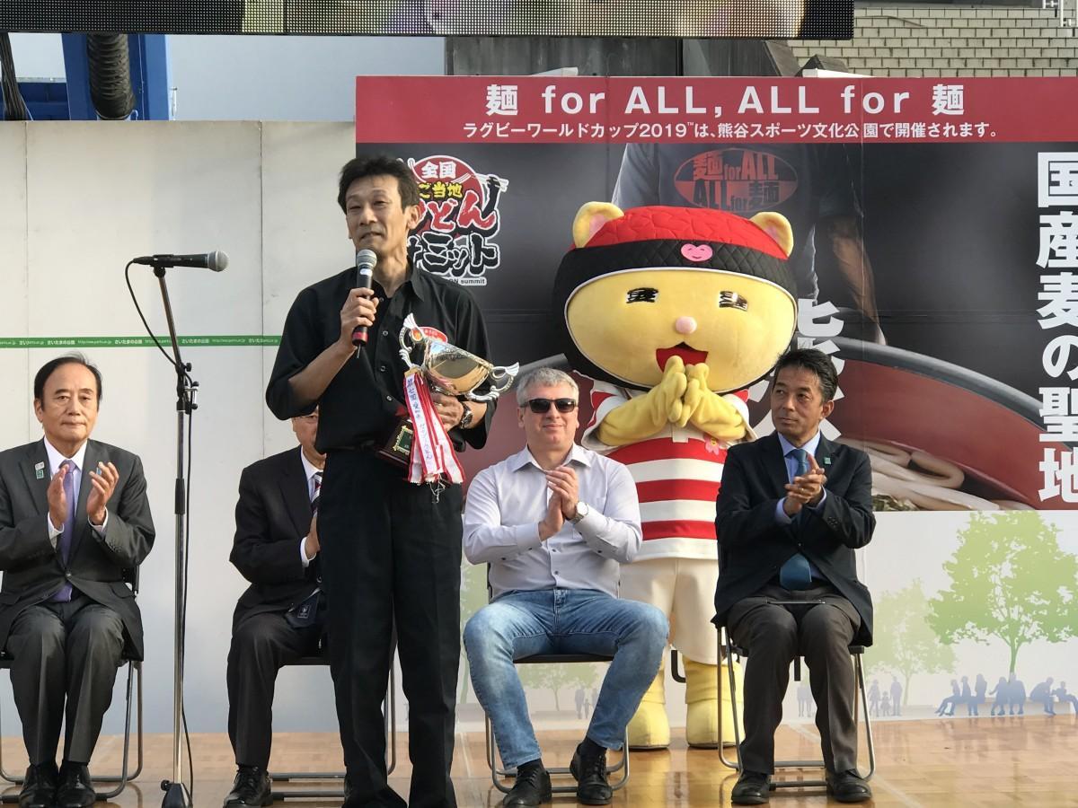 グランプリ受賞を喜ぶ熊谷うどん出店者