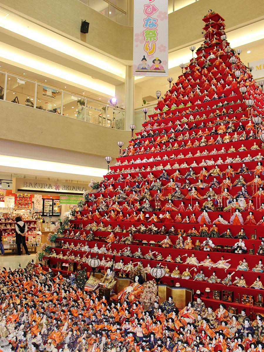 高さ日本一を誇る「ピラミッドひな壇」(昨年)の様子