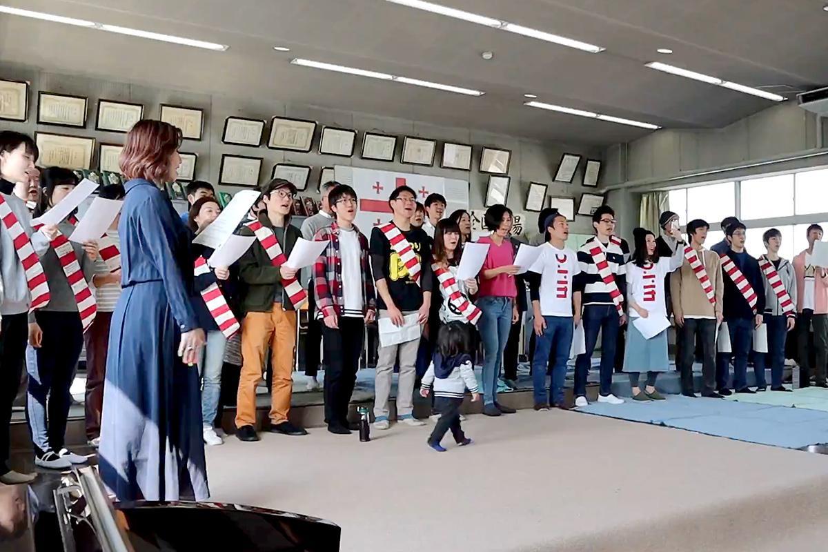 ラグビー応援歌「Go Forward」を歌う田中美里さんも練習に参加