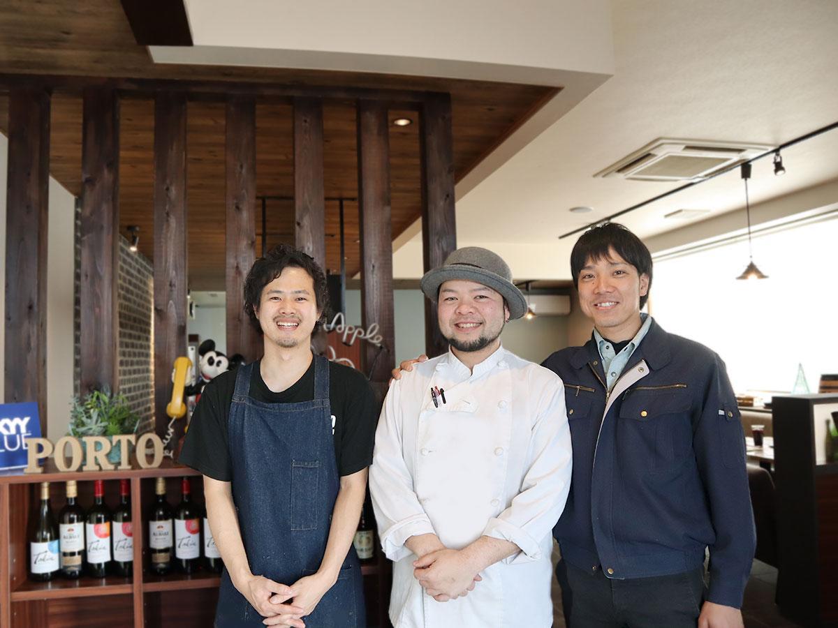 佐山店長(左)とスタッフ