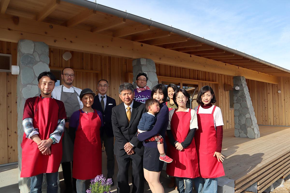 醸造場・販売場の開設を喜ぶ福島代表(中央)とスタッフら