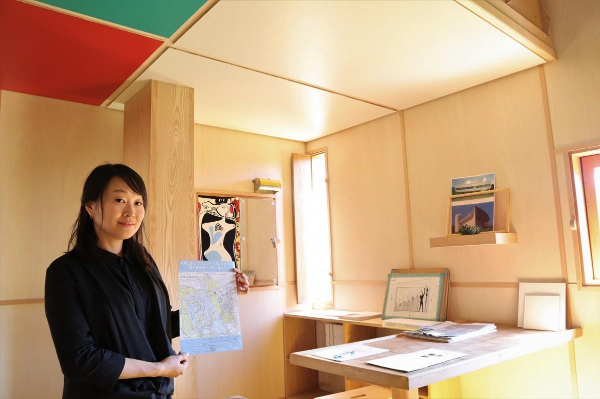 ル・コルビュジエの「カップマルタンの休暇小屋」の原寸レプリカを案内する大竹さん