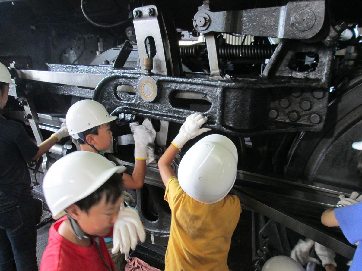 小学生以下限定で参加できるSL動輪磨き体験