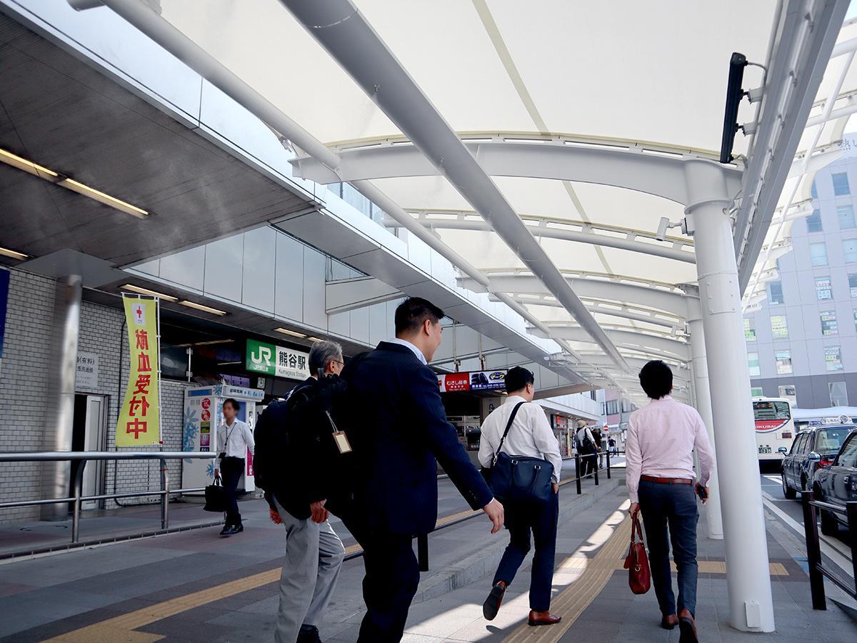 冷却ミスト装置の自動運転を実施している熊谷駅正面口