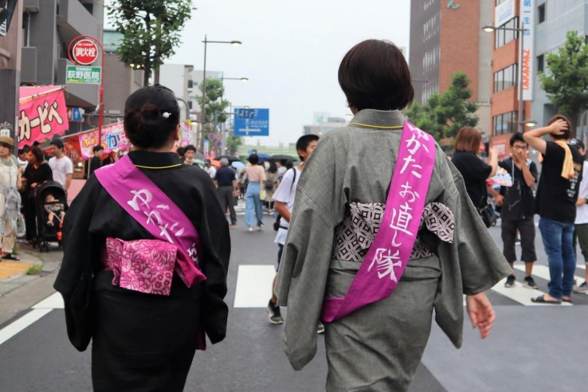 祭りのメインストリートを歩いて回る「浴衣お直し隊」