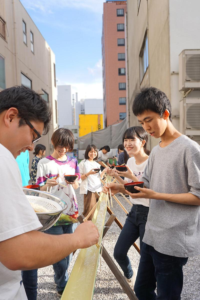 流し熊谷うどんを楽しむ学生ら