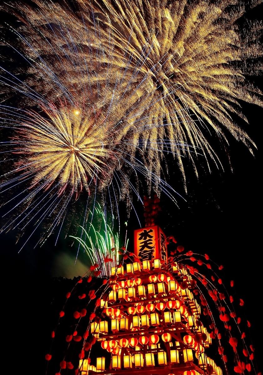 鉢形城跡から打ち上げる花火と、舟山車のぼんぼりの光が美しい(写真提供=寄居町観光協会)